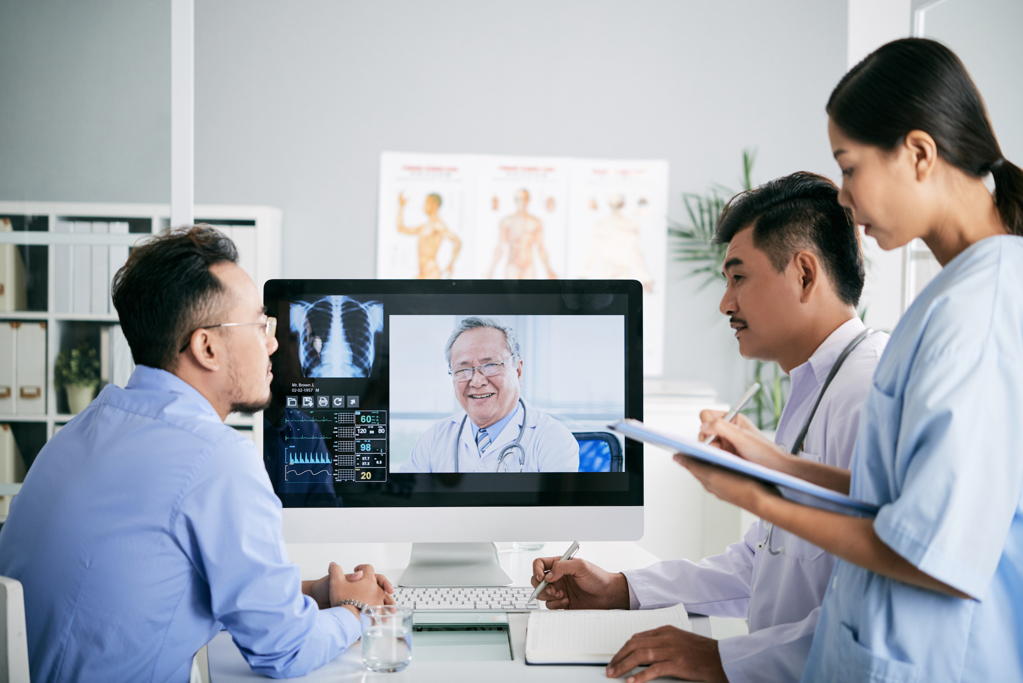 Medical staff in a video conference with a Doctor